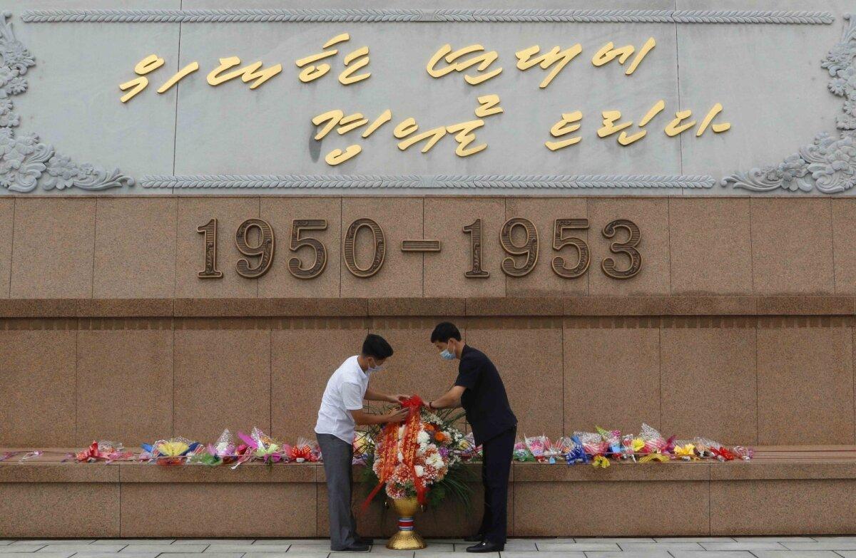 Pyongyangi elanikud Isamaa võiduka vabastamise sõjamuuseumi ees.