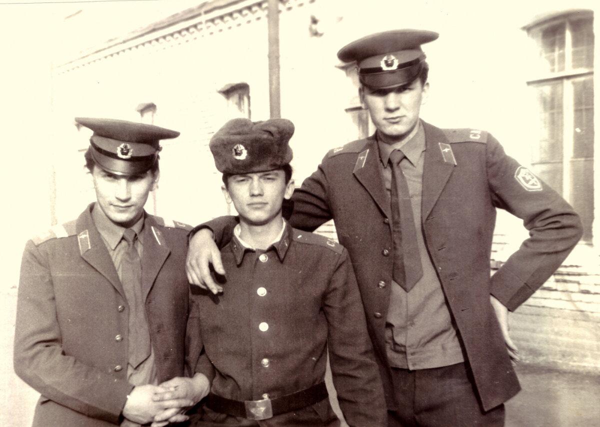 Oleme kasarmu ees (mina paremal ja Teet Torila vasakul), meie vahel on üks meie venelasest kaasvõitleja, kelle nimi enam ei meenu