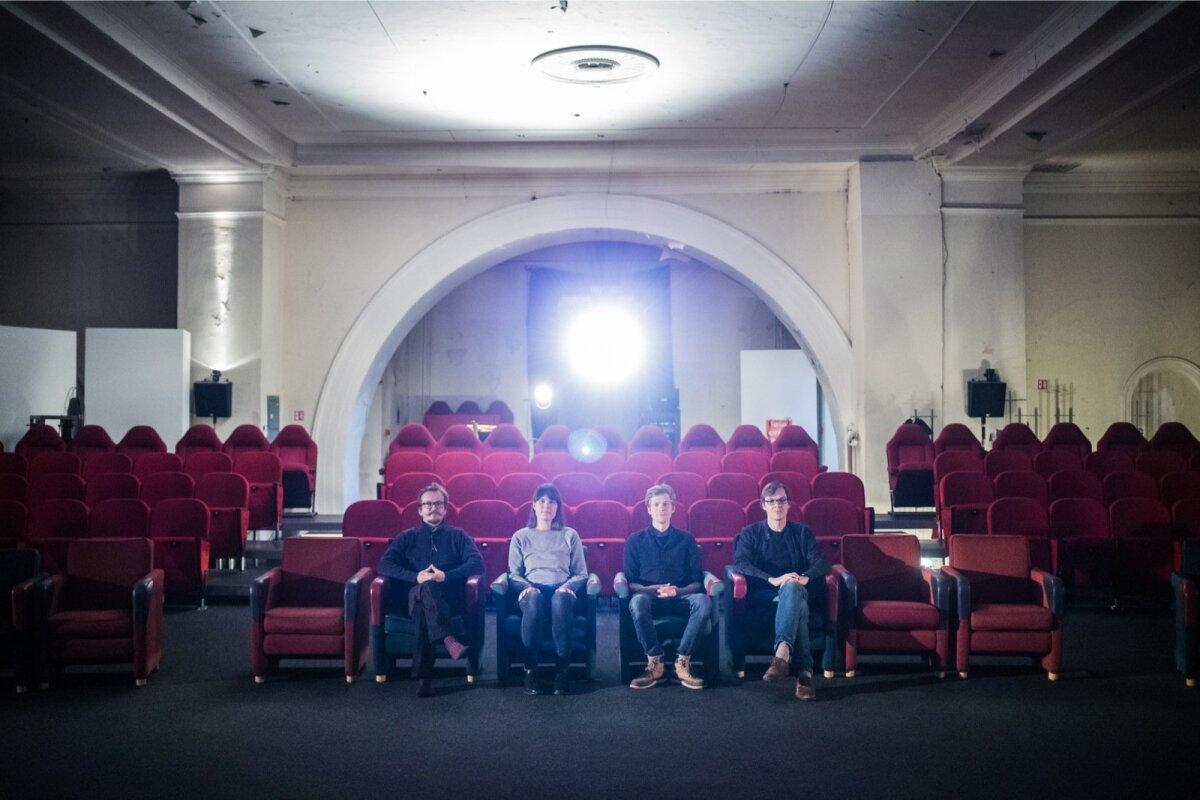 Uued ruumid võimaldavad näidata pea poole rohkem filme kui varem. Sel aastal tehakse 550 seanssi. Pildil on Elektriteatri eestvedajad Siim Angerpikk, Elo Vilks, Mihkel Salk ja Andres Kauts.
