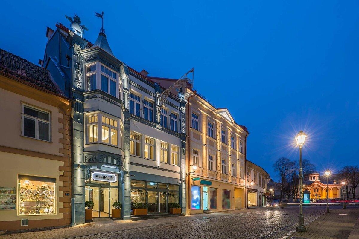 Hotell koosneb kahest 15. sajandist pärit arhailise arhitektuuriga hoonest.