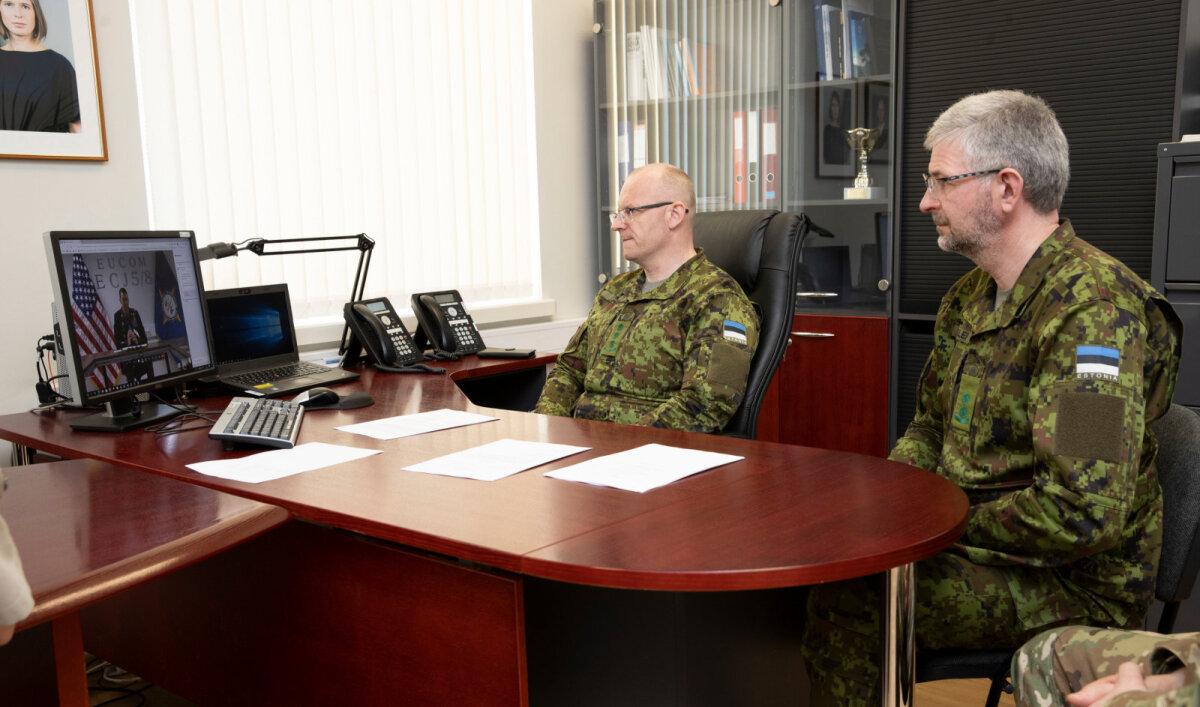 Слева начальник отдела кадров Генерального штаба Сил обороны полковник Виталий Локк, справа - первый эстонский штабной офицер при ЕКВС подполковник Рихо Рынглепп