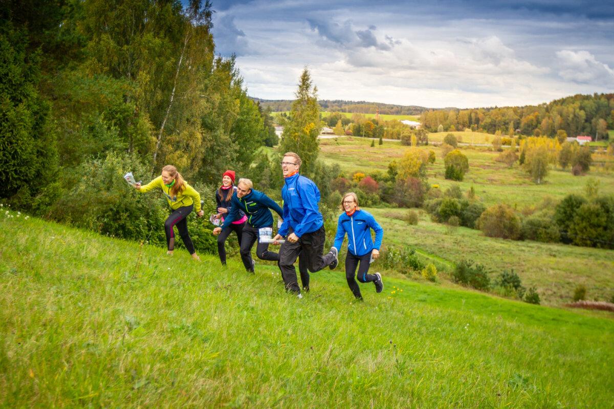 Rogainidel saab osaleda koos sõpradega - ala harrastajad võtmas tõusu Otepää kõrgustikul kulgenud rajal.