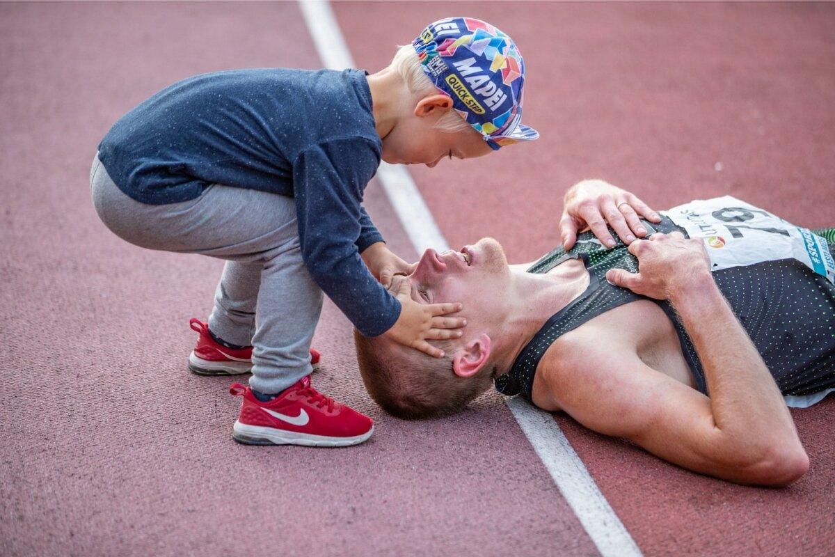 """""""Issi, tõuse püsti!"""" Eesti meistrivõistlustel end peaaegu pildituks jooksnud Kaur Kivistik näeb finišipaigas esimesena oma pisikest poega. Mis võiks olla veel armsam!?"""
