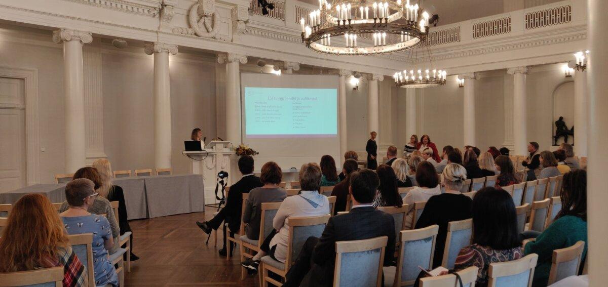 """Naistearst Kai Haldre kõnelemas Tartu Ülikooli aulas toimunud konverentsil """"Seksuaalsus ja religioon – ühisosa otsides"""""""