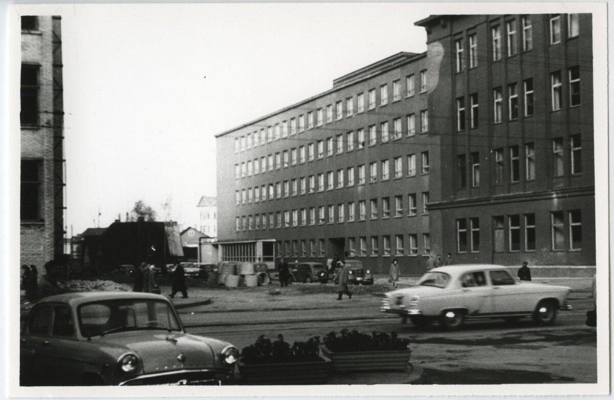Vaade Narva maanteelt Jõe tänavale. Paremal Eesti Kaabli, tänane Pro Kapitali hoone. Alles 1970. aastate lõpus liideti Pronksi ja Jõe tänav Kingissepa tänavaga.