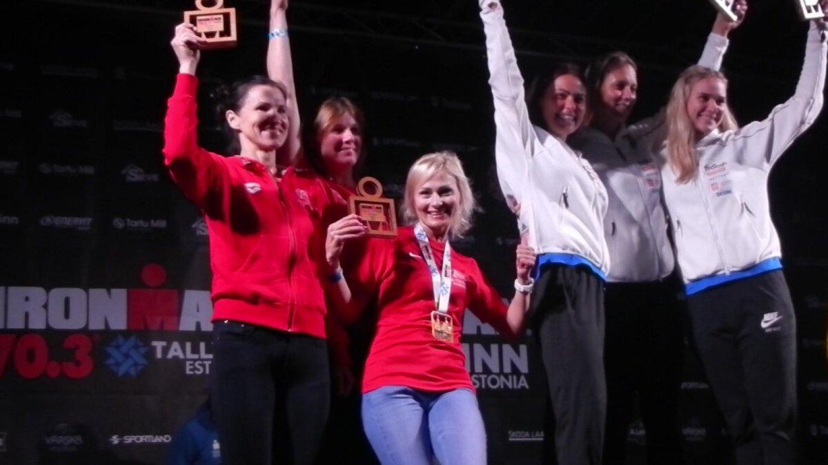 Koos Merilin Metsalu ja Ingrid Riipusega Ironman Tallinna autasustamispjedestaalil.