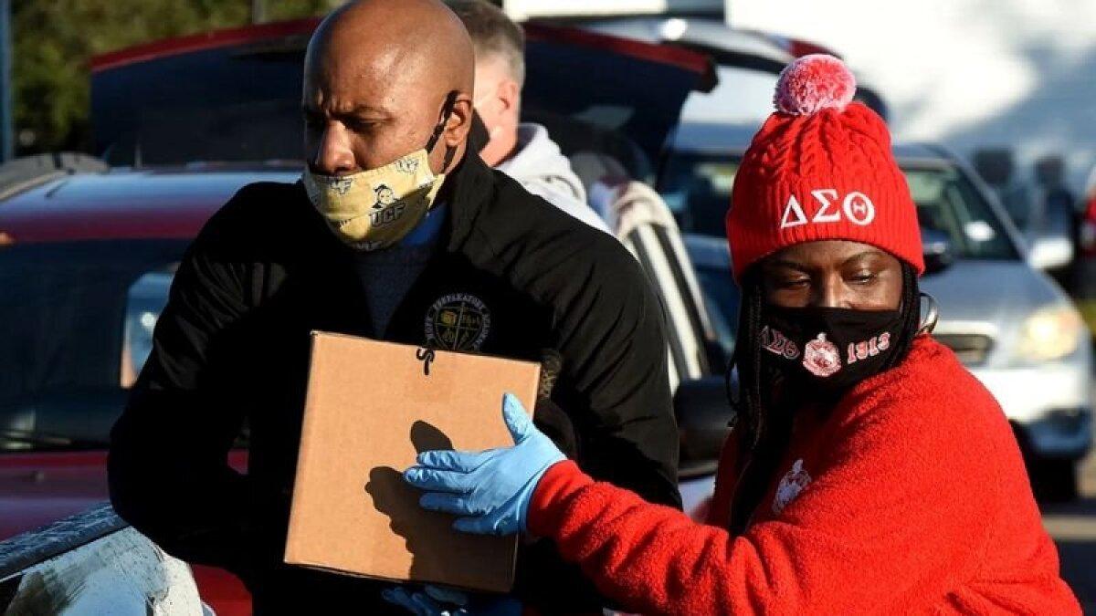 Во время пандемии многие вызвались помочь тем, кто больше всех пострадал от карантина