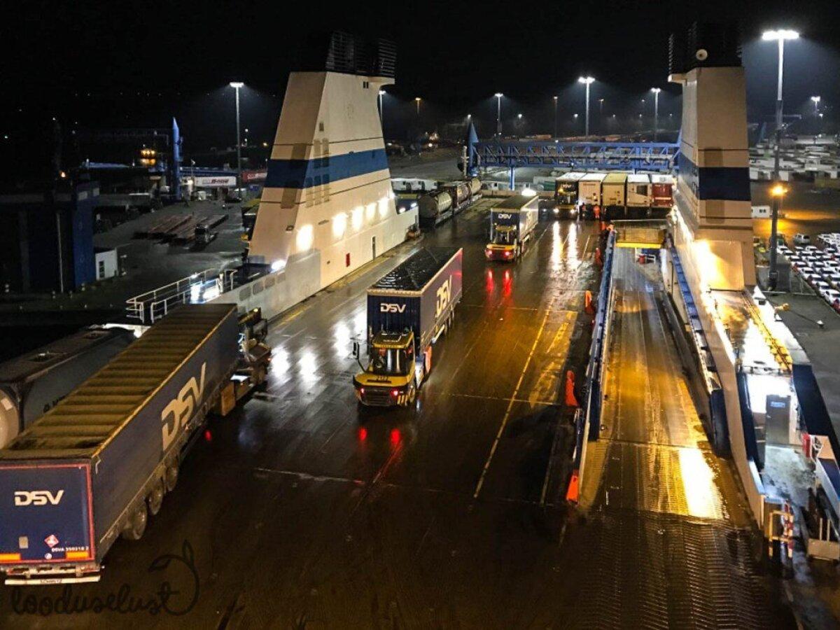 Finnlinesi laevale laaditakse haagiseid, reisijad on juba laevas