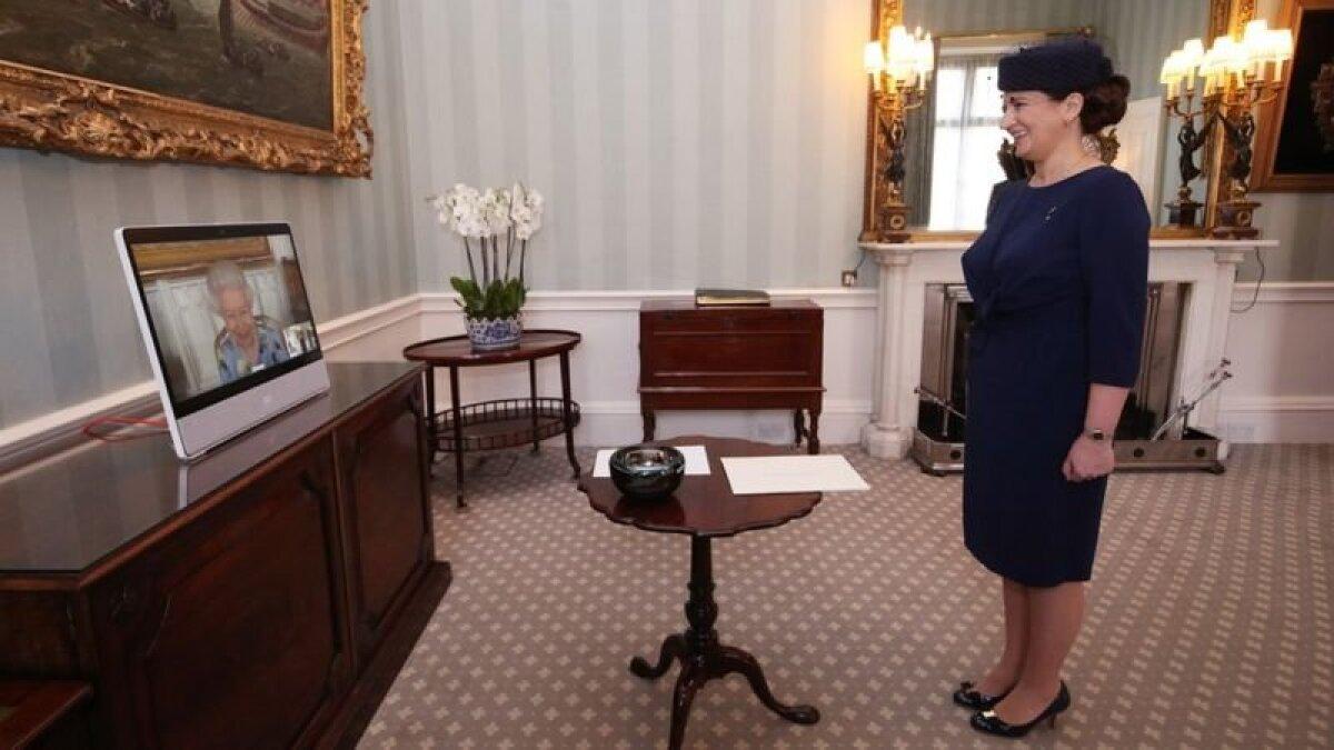 Королева и посол Латвии Ивита Бурмистре обменялись приветливыми улыбками