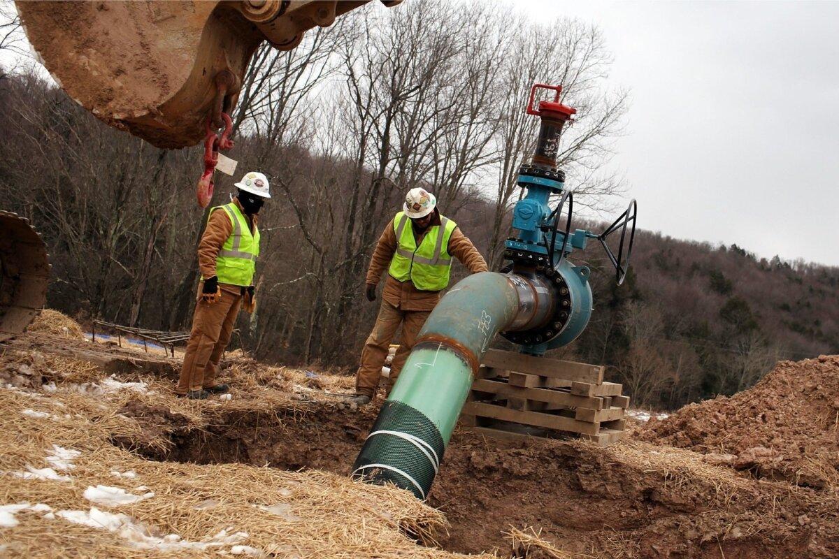 TÖÖHOOS: Töölised paigaldamas toru Marcelluse lademe juures, mis Pennsylvania osariigi ülikooli geoloogide arvates võib olla suuruselt teine maagaasimaardla maailmas.