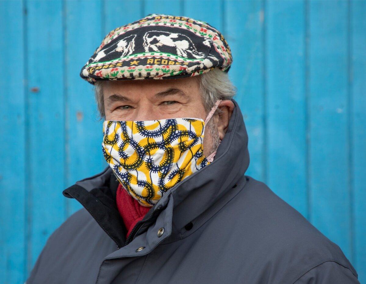 Rein Sikk kandmas kevadel kodus valminud maski, mille materjaliks traditsiooniline Aafrika capulana kangas, ostetud Mosambiigist.