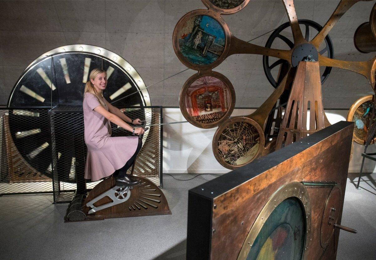 Muuseumipedagoog Kristi Paatsi Filmimuusumi illusioonide toas.