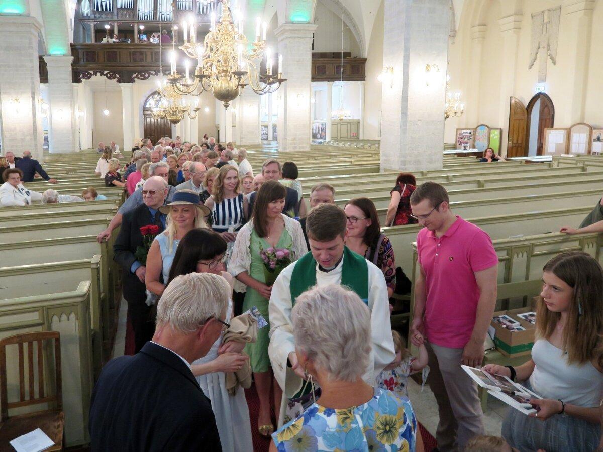 Tseremoonia ja õnnitlused kirikus.