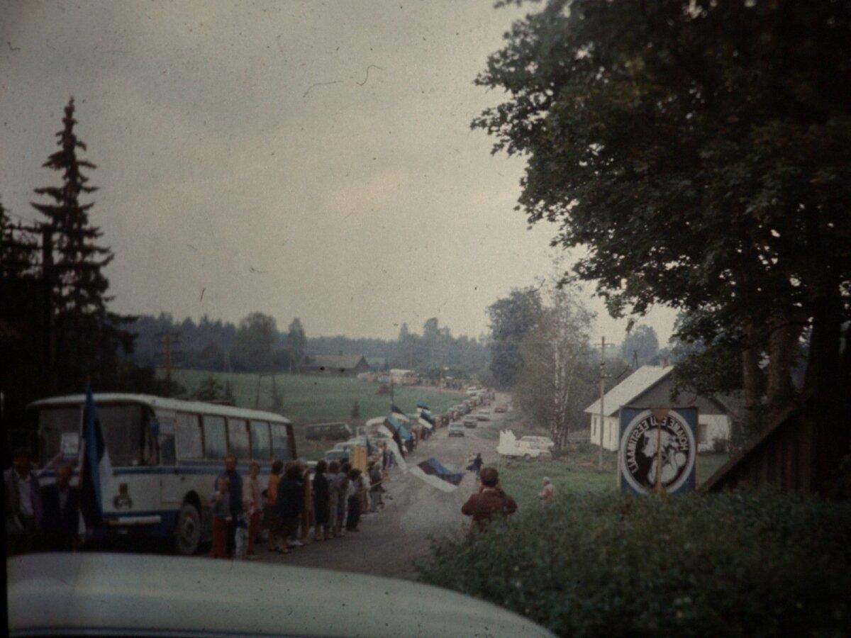 Läti piirist nelja kilomeetri kaugusele jäävas Lilli külas oli inimkett katkematu. Inimesed lehvitasid piirile suunduvatele rahvarinde korüfeedele.