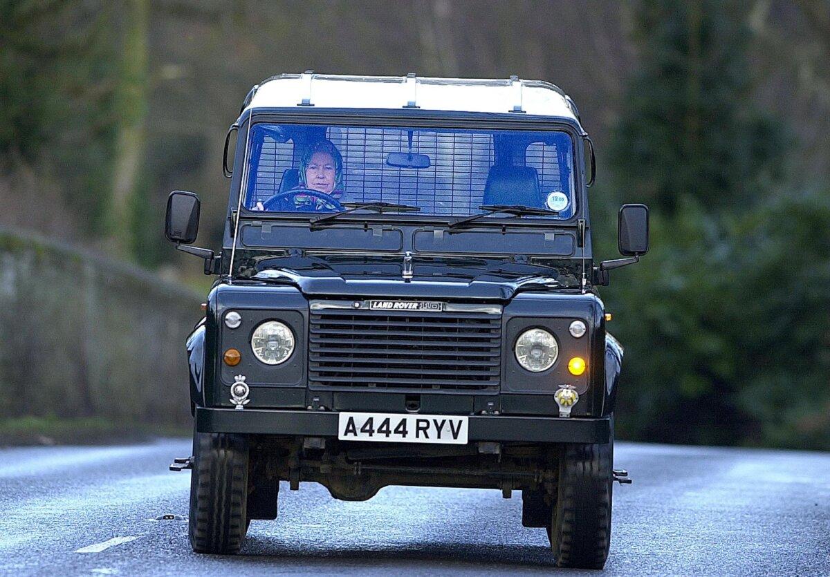 Королева Елизавета II едет на автомобиле Land Rover Defender 110 к конюшням поместья Сандрингем в Норфолке (29.01.00)
