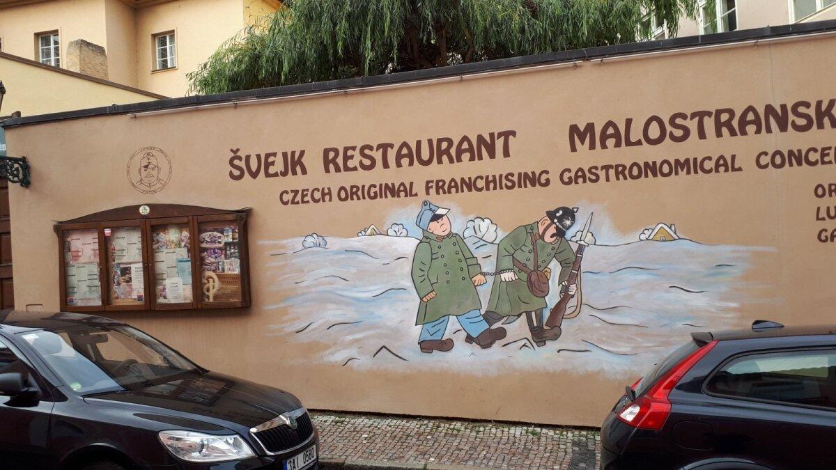 KUULUS KANGELANE: Švejki nime kandev pubi-turistilõks Malostranskal – ainuke Švejkiga seotud asi kesklinnas, mis Katrin Pautsile silma jäi.