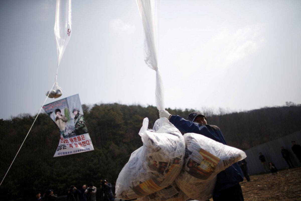 Kim Jong-uni kritiseerivate lendlehtede kotid demilitariseeritud tsooni lähedal Lõuna-Koreas.
