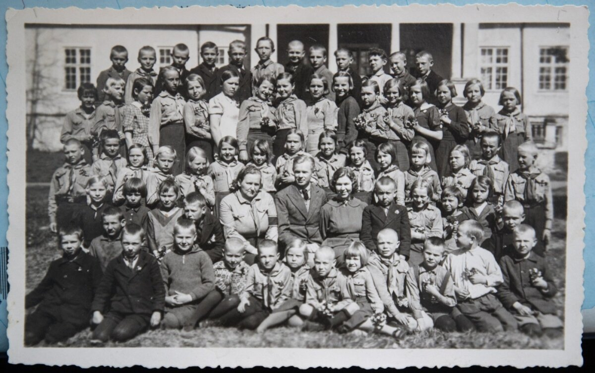 Sagadi kooli lõpupilt 1938. aastal. Viienda klassi lõpetanud Raul ülemises reas paremalt neljas