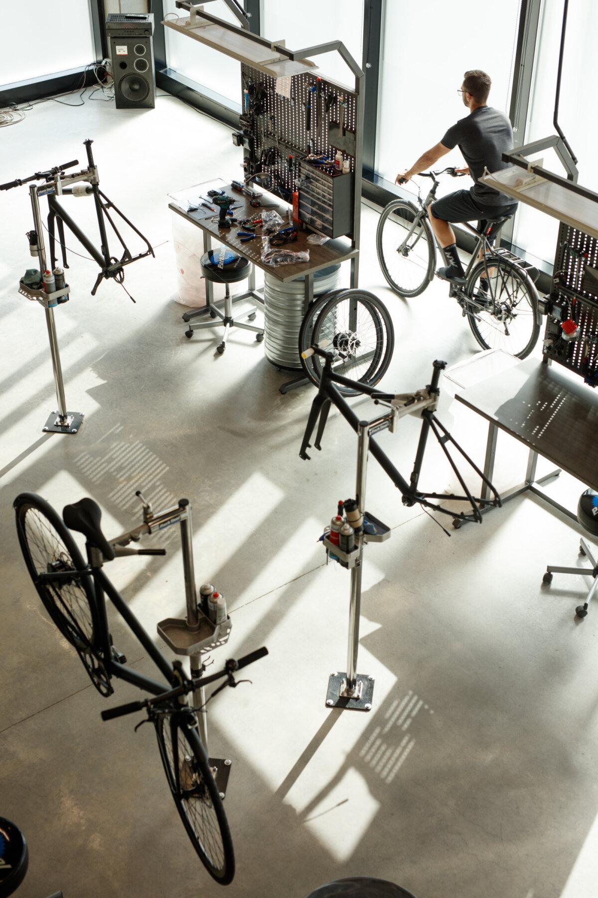 Ampleri Jüri tehases on ruumi areneda ja ka rattaga ringi sõita.