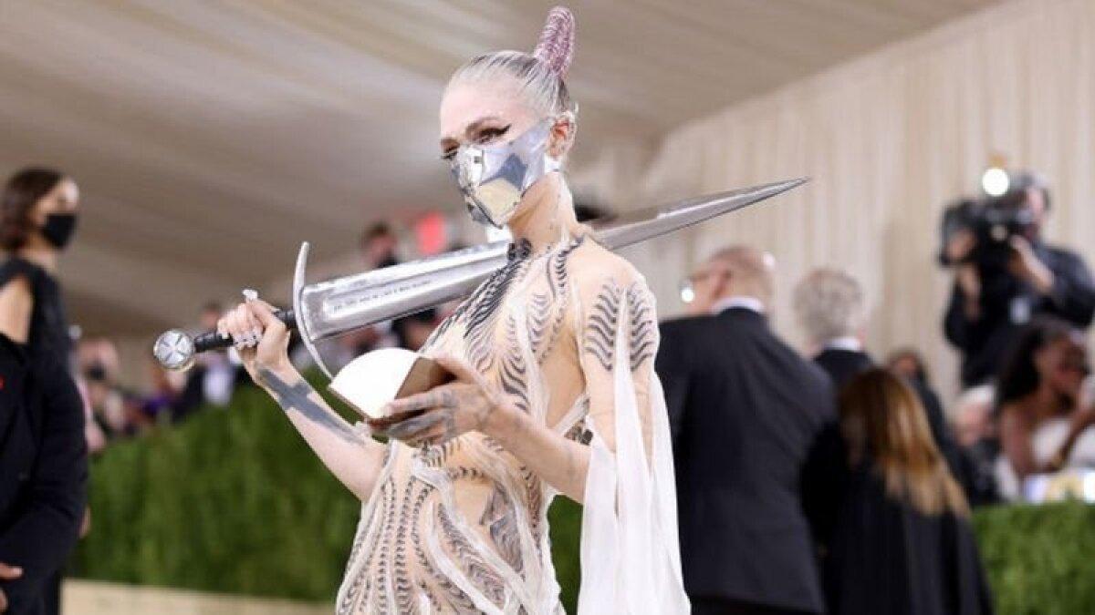 Певица Grimes явилась во всеоружии