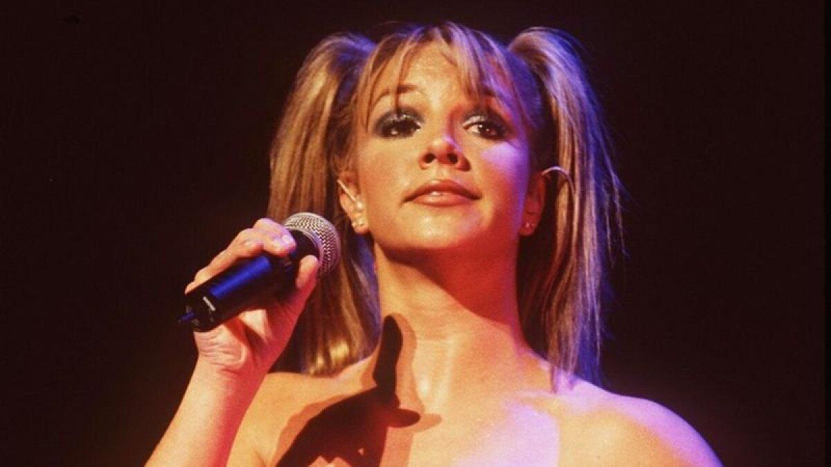 Бритни снискала всемирную славу и миллионы фанатов в 16-летнем возрасте, исполнив свой дебютный сингл ...Baby On More Time