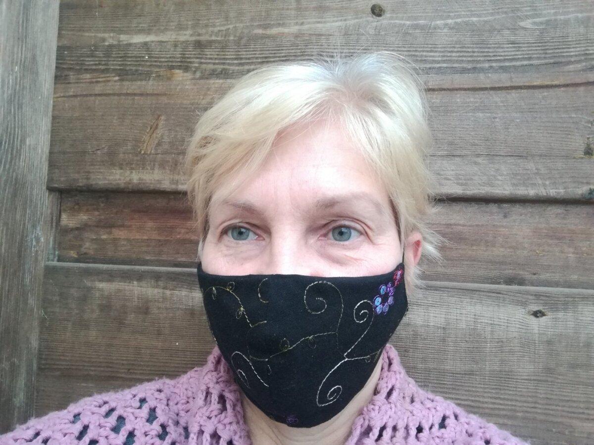 Lii Sammler kannab Paide käsitööpoes valminud maski, mida kandes ta koos oma tantsurühmaga Kägärä esines Paide Jõulufolgil.