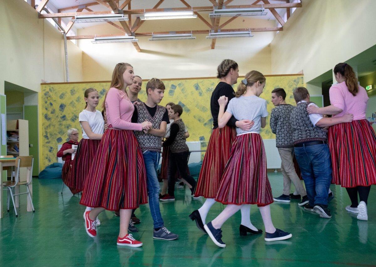 Koolimajas võib rahvarõivais õpilasi näha Kihnu laulu ja tantsu tundide ajal. Tüdrukud kannavad körte ja poisid troisid.