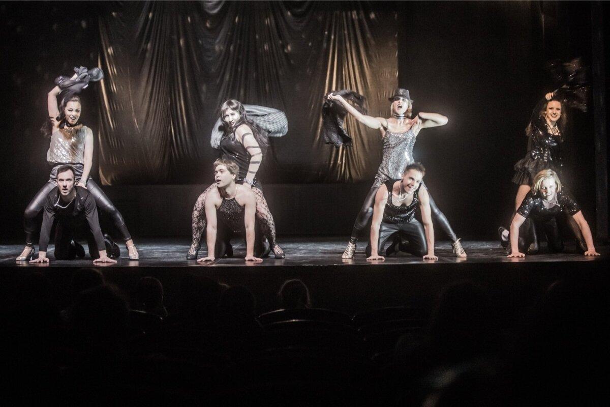 """Rakvere Teatri ja Fine5 Tantsuteatri sümbioosina valminud lavastus """"Puudutada kuud"""" pakub nauditavat äratundmist kuumadest 90ndatest."""