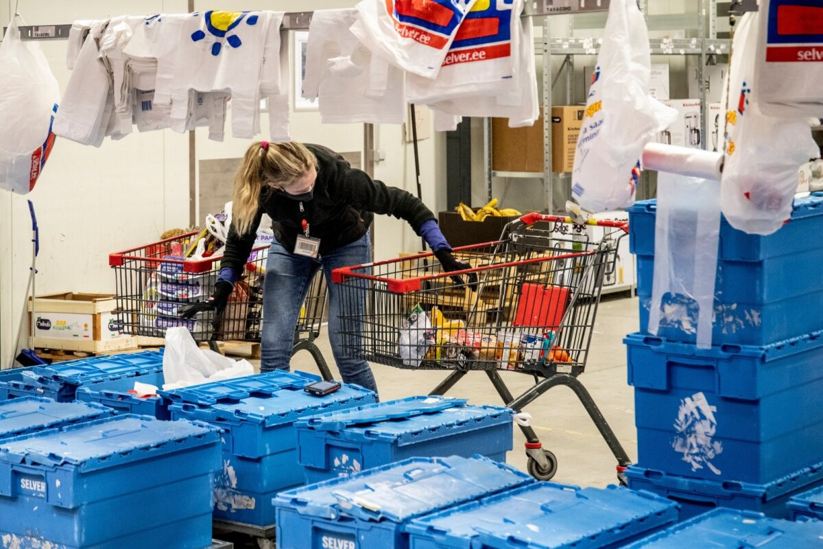 Töötaja pakib kokku kogutud ostunimekirja kullerite jaoks transpordikastidesse.