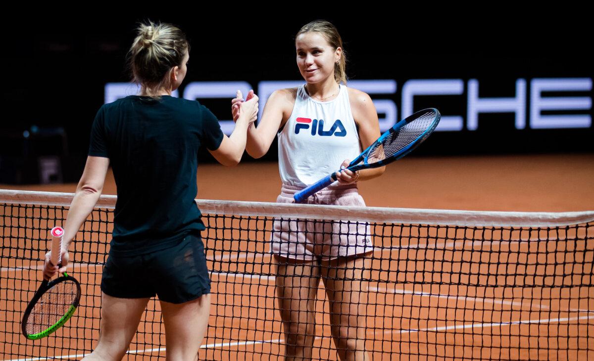 Sofia Kenin (valges) ja Simona Halep treeningul.