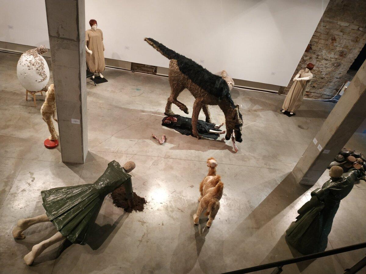 """Vaade Terje Ojaveri näitusele Terje Ojaver """"Mis juhtus Punamütsikestega?"""" Vaal galeriis."""
