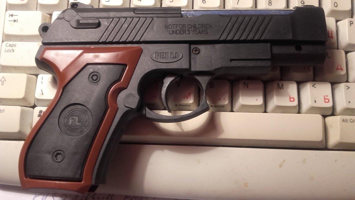 Игрушечный пистолет внука