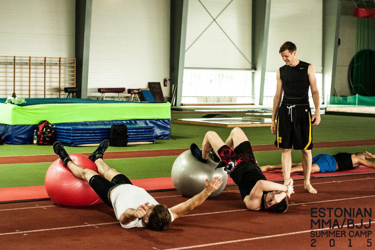 Füsioteraapia treening Pärnu treeninglaagris - harjutus reie tagaküljele. Esiplaanil Alo Toom (vasakul), Ott Tõnissaar ja füsioterapeut Kristjan Mardo (juuli 2015).
