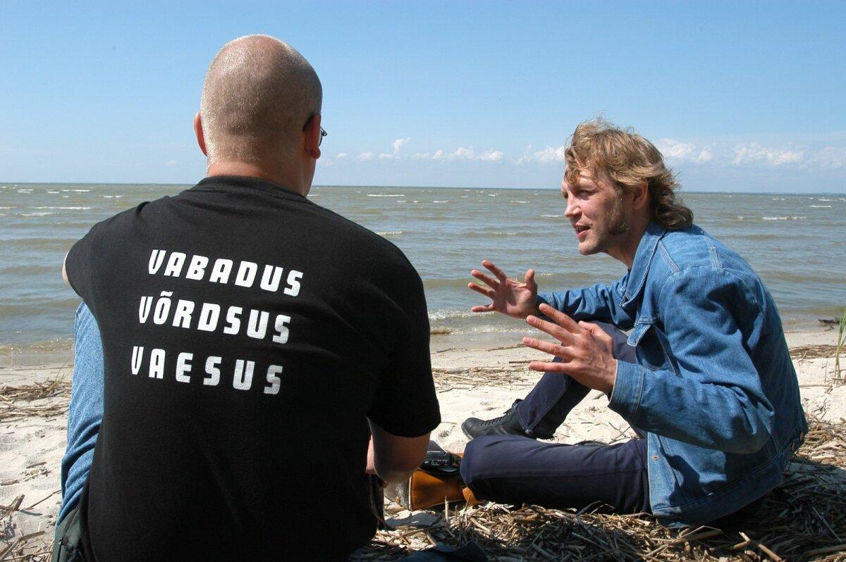 """TÖÖL: Marko Mägi ja Sven Kivisildnik 2003. aastal Uulu rannas. Sellest sündis Markol hiljem lehelugu """"Roppsuu-röökur keset zombide põldu""""."""