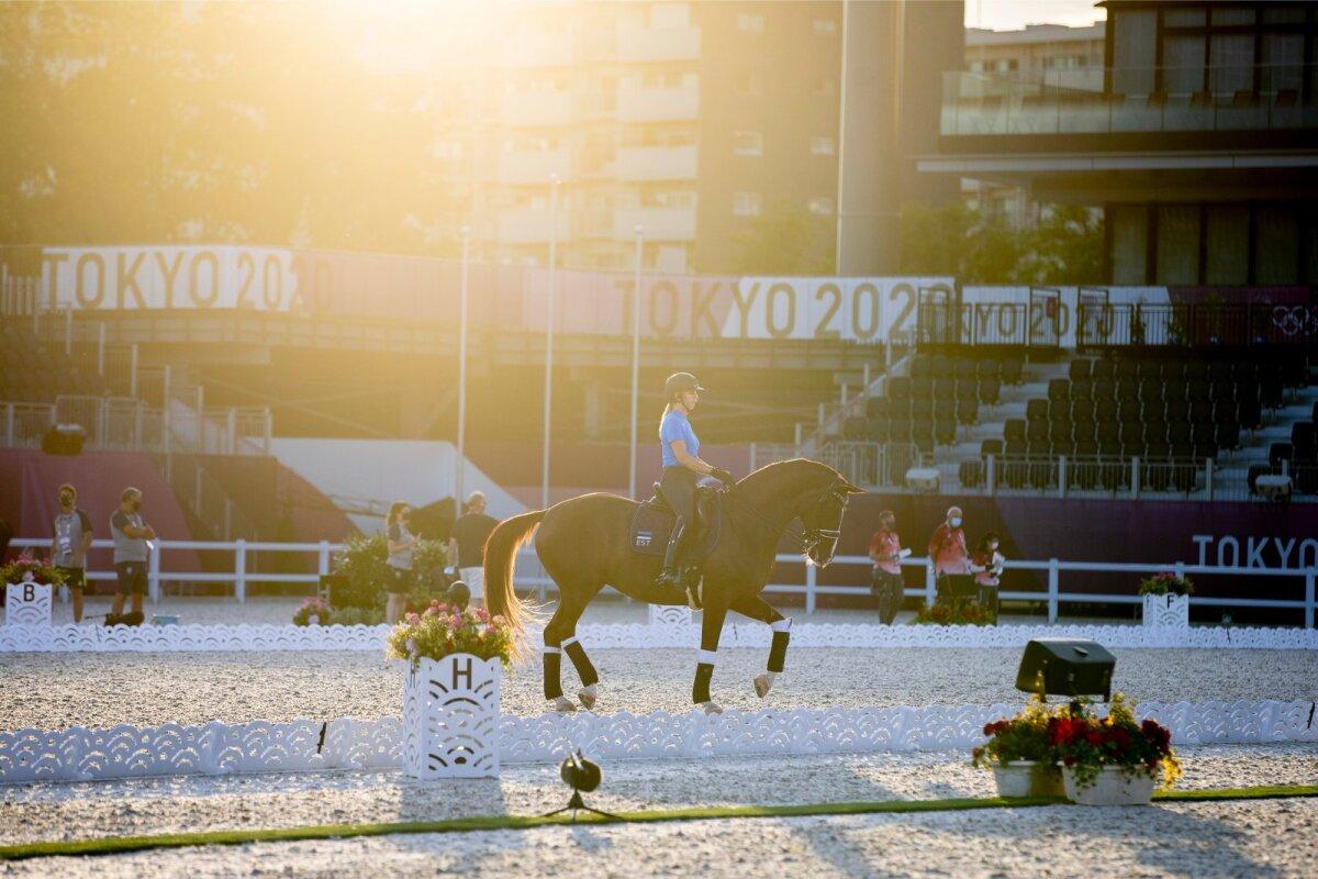 Kaunis Donna Anna ja tema ratsutaja Dina Ellermann valmistuvad loojuva päikese all olümpiadebüüdiks.
