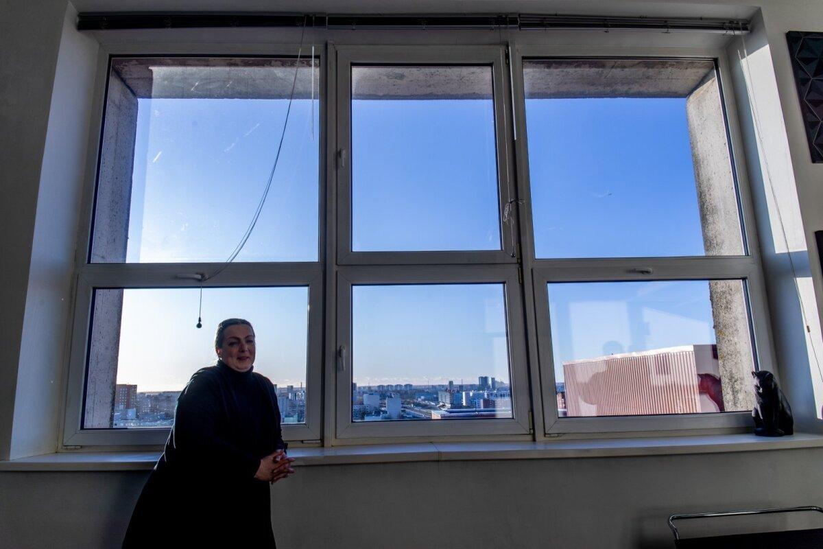 """Elini elutoaks muudetud endises ateljeeruumis paistab hiigelsuurest aknast hingematvalt avar vaade. Panoraami ühes otsas on Ülemiste järv ja teises Toompea siluett. Kui aga väljas möllab väga tugev torm, võib see akna lausa sissepoole kummi puhuda. """"See on päris jube,"""" tunnistab Elin."""