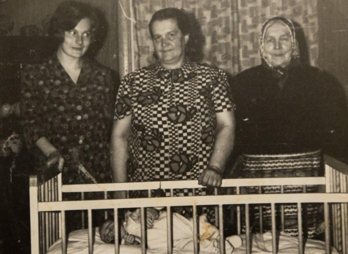 Neli põlvkonda koos: võrevoodis on Tea, vasakult esimene on Tea ema Anne, teine tema vanaema Leida ning parempoolseim Leida ema Marta.