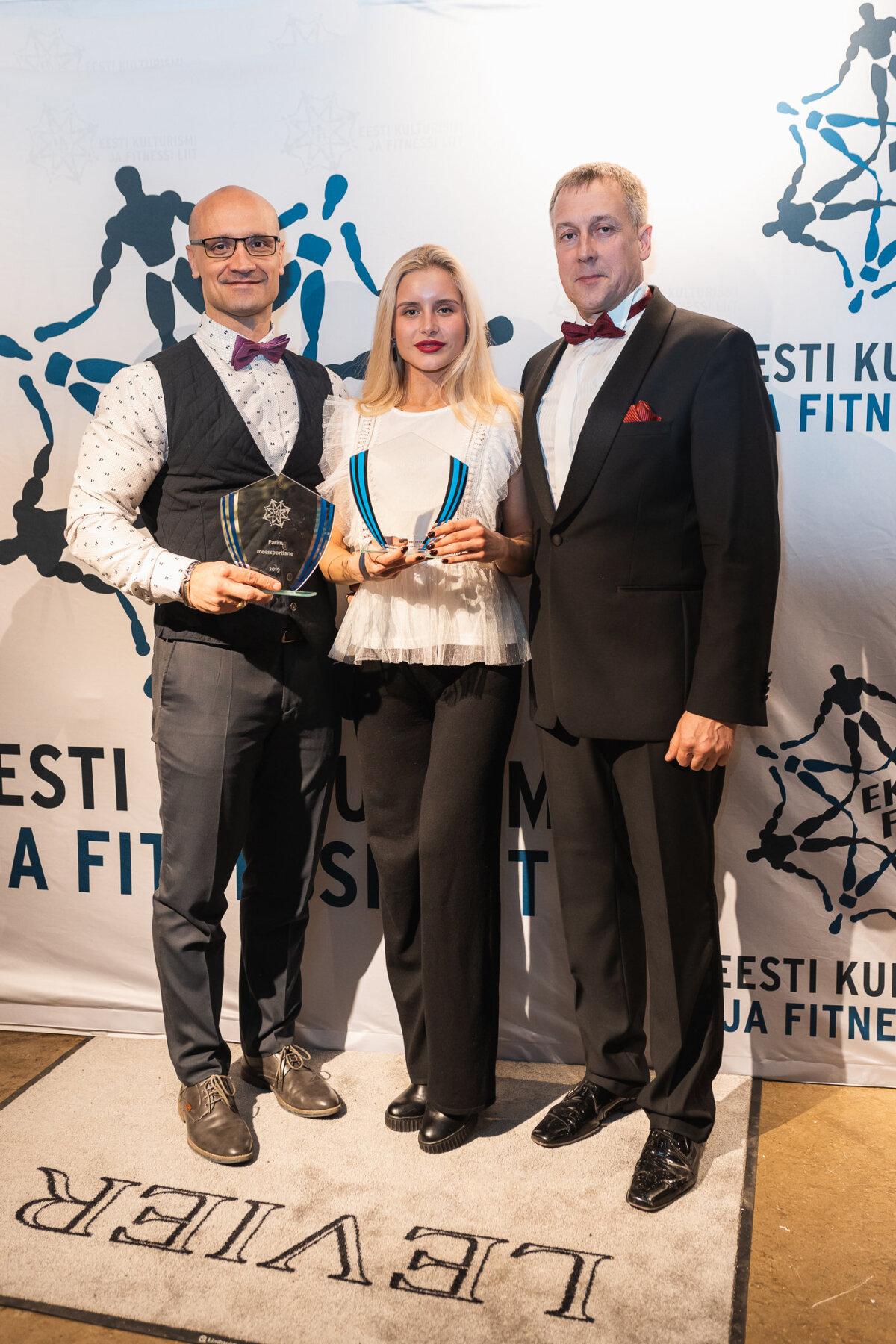 vasakult parim mees Ramil Lipp, parim naine Karina Polovnikova, EKFLi president Ergo Metsla