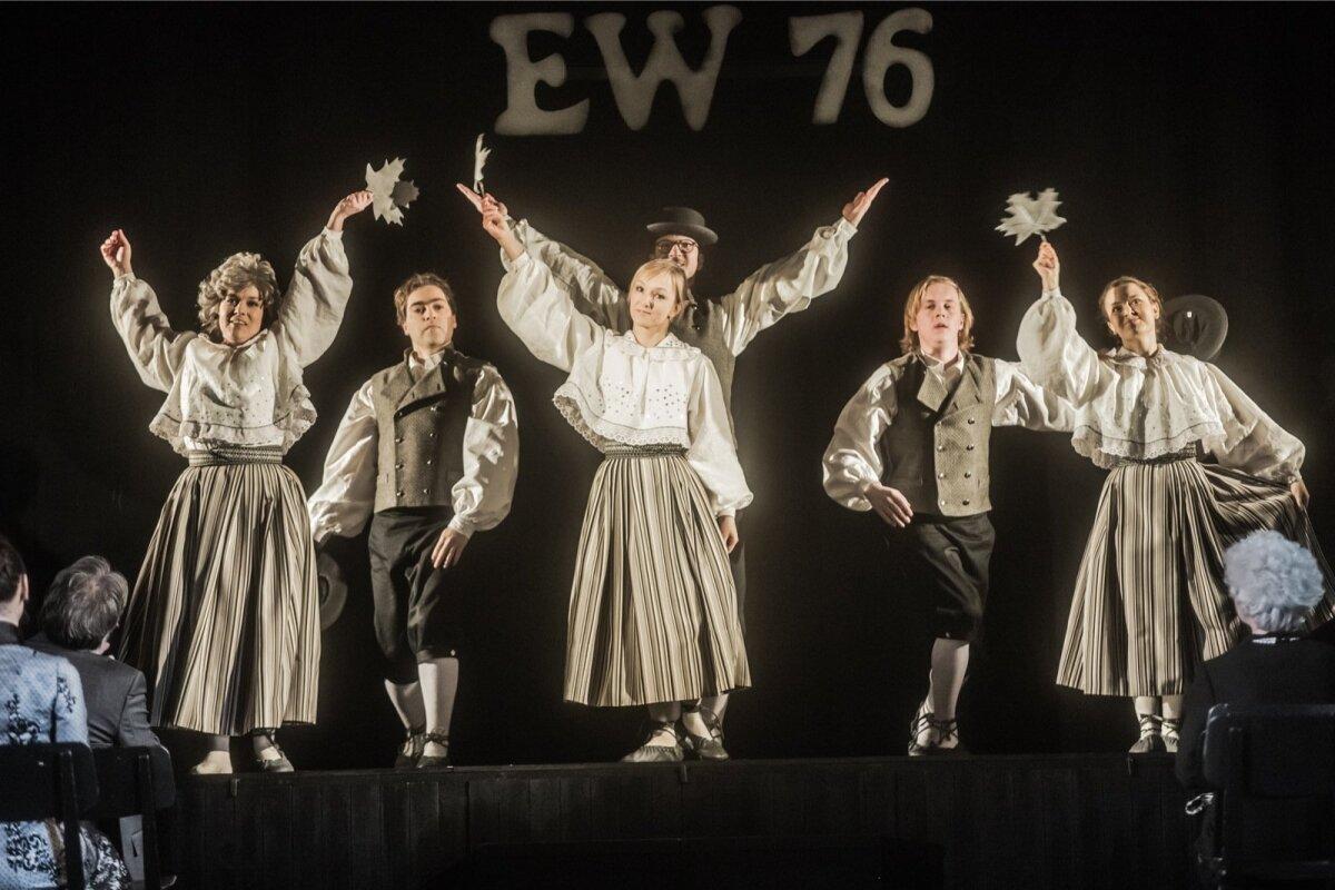 """Rakvere Teatri ja Fine5 Tantsuteatri sümbioosina valminud lavastus """"Puudutada kuud"""" pakub nii nauditavat disko- kui ka rahvatantsu."""