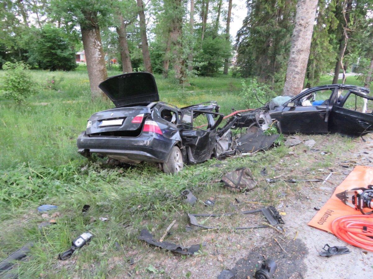 2. juuni, Kehtna. Varahommikul kaldus Rapla poolt Lelle poole liikunud sõiduauto BMW teelt välja vastu puud. Autot juhtinud 28-aastane mees ja tema kõrval istunud 25-aastane mees hukkusid sündmuskohal.