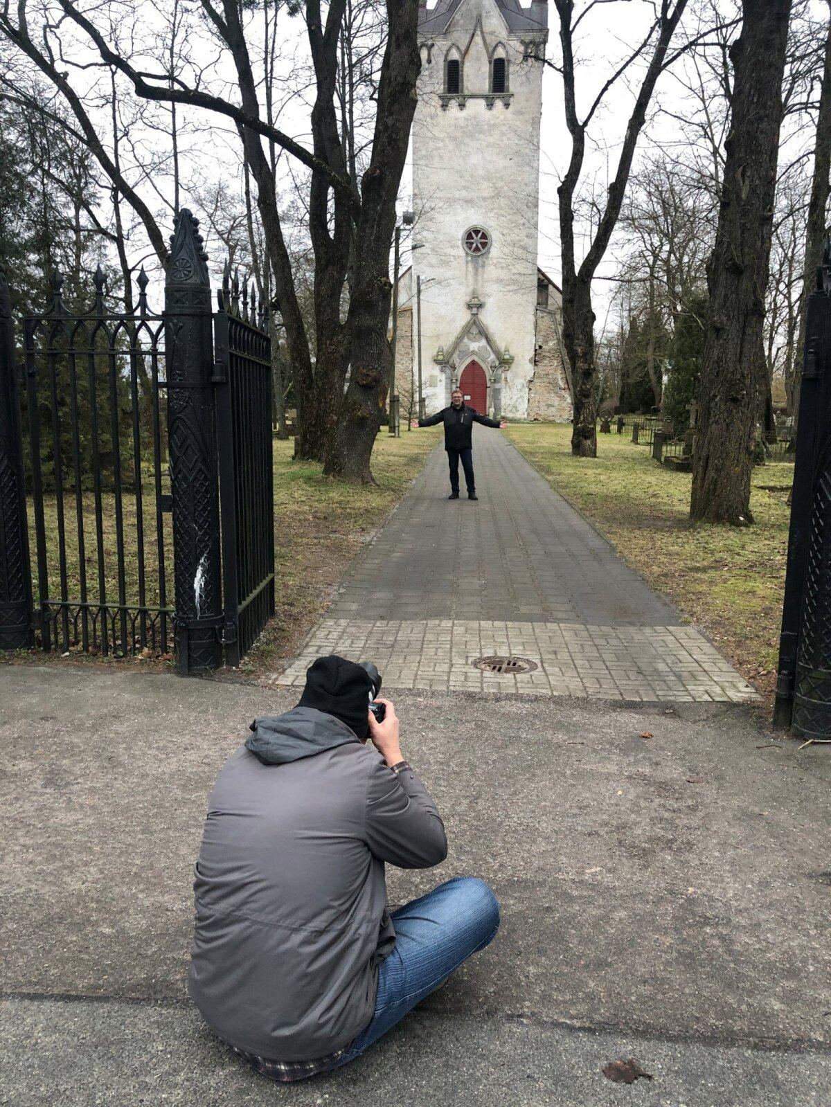 Nii pildistatakse kirikuõpetajat. Keila vaimulik Matthias Burghardti jäädvustamiseks oli kõige parem poos see, kus tema seisis, aga Sven istus värava ees teel.