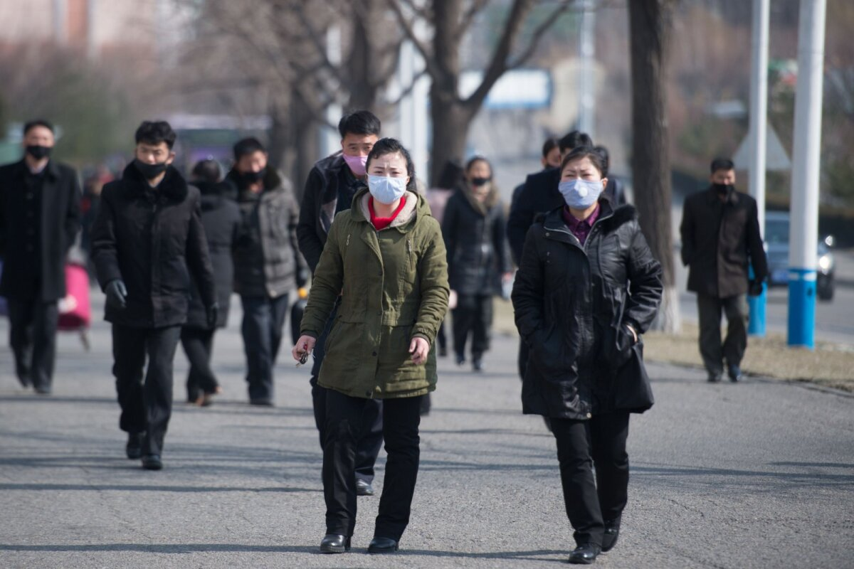 Näomaskides põhjakorealased möödunud kuul pealinnas Pyongyangis.