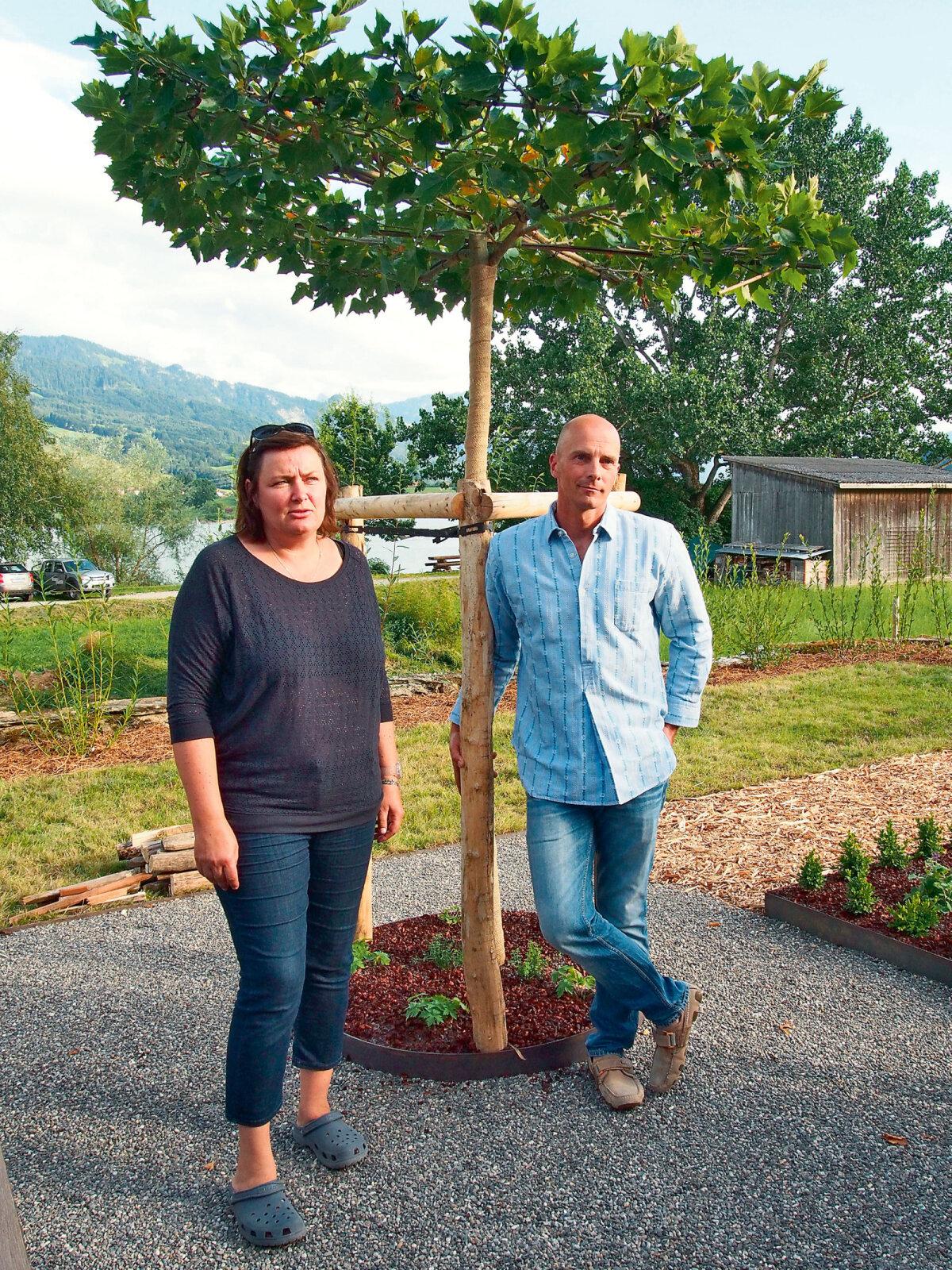 Epp K. Erard farmihoovis koos oma koostööpartneri Luc Merianiga.