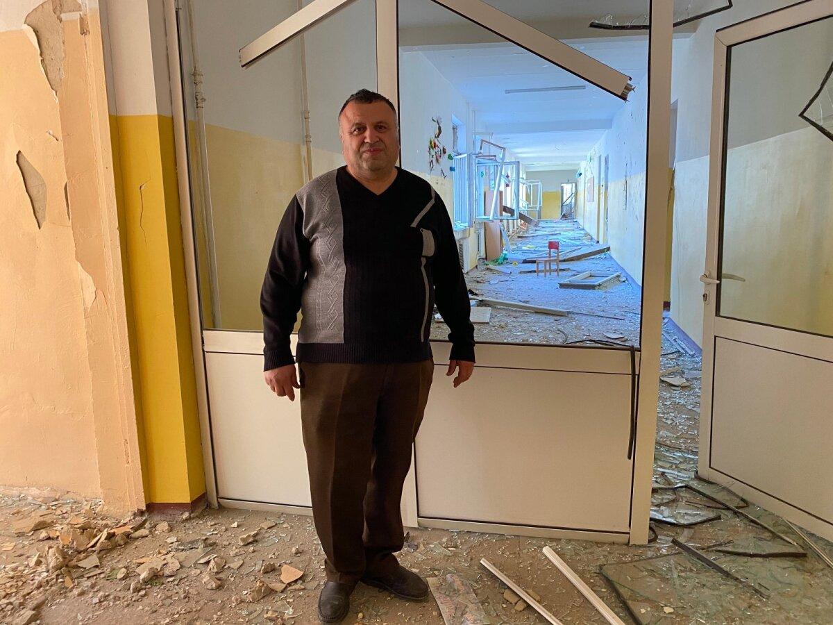 Замдиректора школы номер 10 Степан Хачатурян во время, когда снаряды упали рядом со школой, был внутри здания. Именно на этом месте