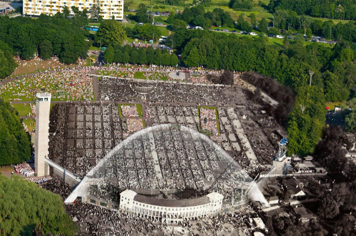 """Esialgu toimusid üldlaulupeod Tallinnas praeguse Kadrioru staadioni kohal Rohelisel aasal (sellenimeline tänav on siiani olemas). Meile harjumuspärasesse kohta koliti 1928. aastal, mil valmis Karl Burmani projekti järgi ehitatud """"vana"""" puust laululava.  1959. aastast seisab samas kohas uus, Alar Kotli projekteeritud üliefektne laulukaar koos tiibhoonete ja tuletorniga.  Samasugune laululava on ka Leedu pealinnas Vilniuses."""