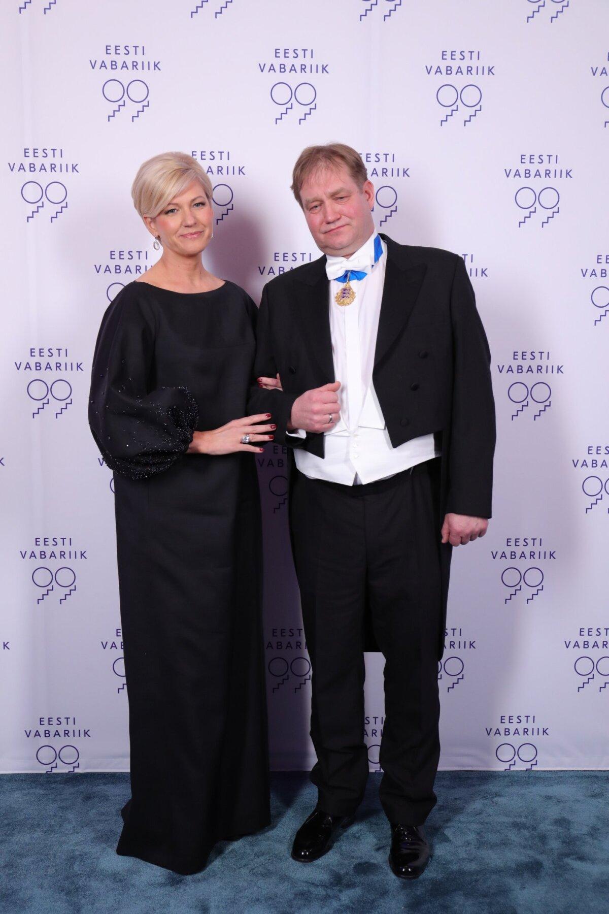Платье Кристель Вольтенберг антрацитово-серого цвета, созданное Похьянхеймо, - хороший пример практичности. Если платье укоротить, его можно носить на различных мероприятиях