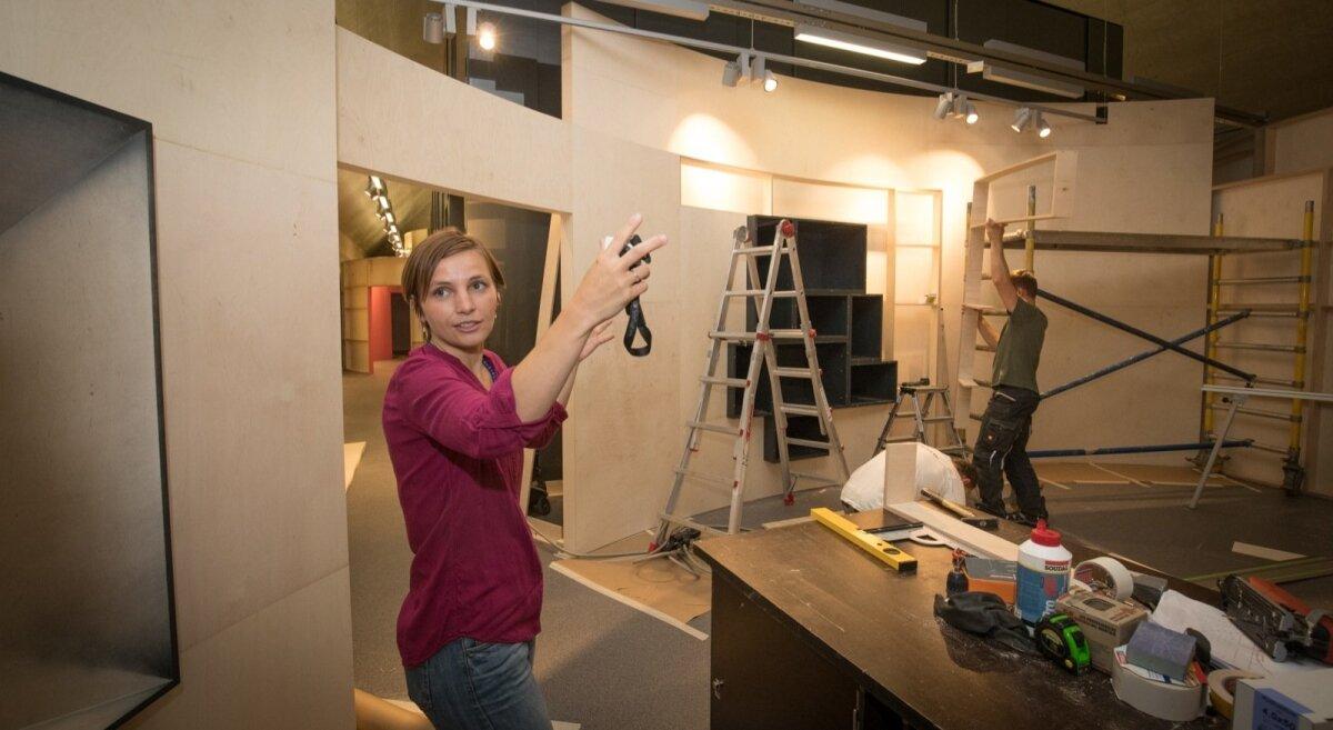 Maria Mang selgitab ehitustööde taustal, miks näitusesaali seinad on kaarjad: see näitus on pigem voolav mitte nurgeline. Ümar vorm on ka filminduses läbiv vorm: ümmargused on objektiivid, filmilindid jne