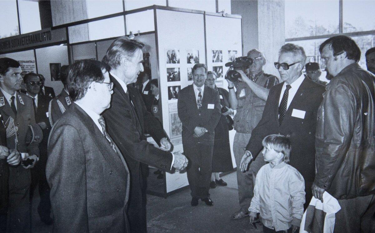 Kahe sõjaveterani – Soome Vabariigi presidendi Mauno Koivisto ja soomepoiste ühenduse tegevesimehe asetäitja Raul Kuutma – kohtumine 1992. aastal.