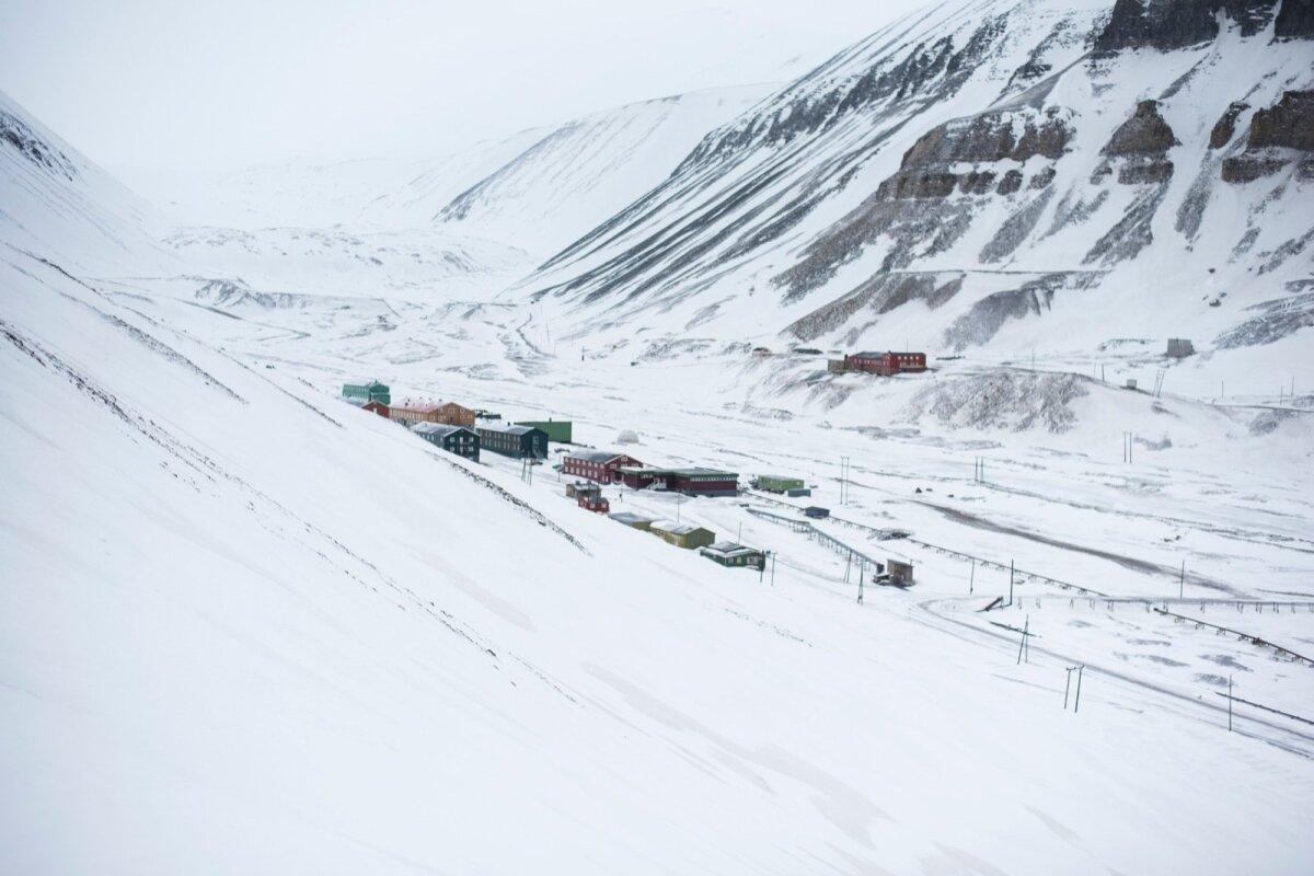 Teravmäed on kaetud külmakõrbega. Kõige soojem kuu Longyearbyenis on juuli, mille keskmine temperatuur on 3…7 °C.