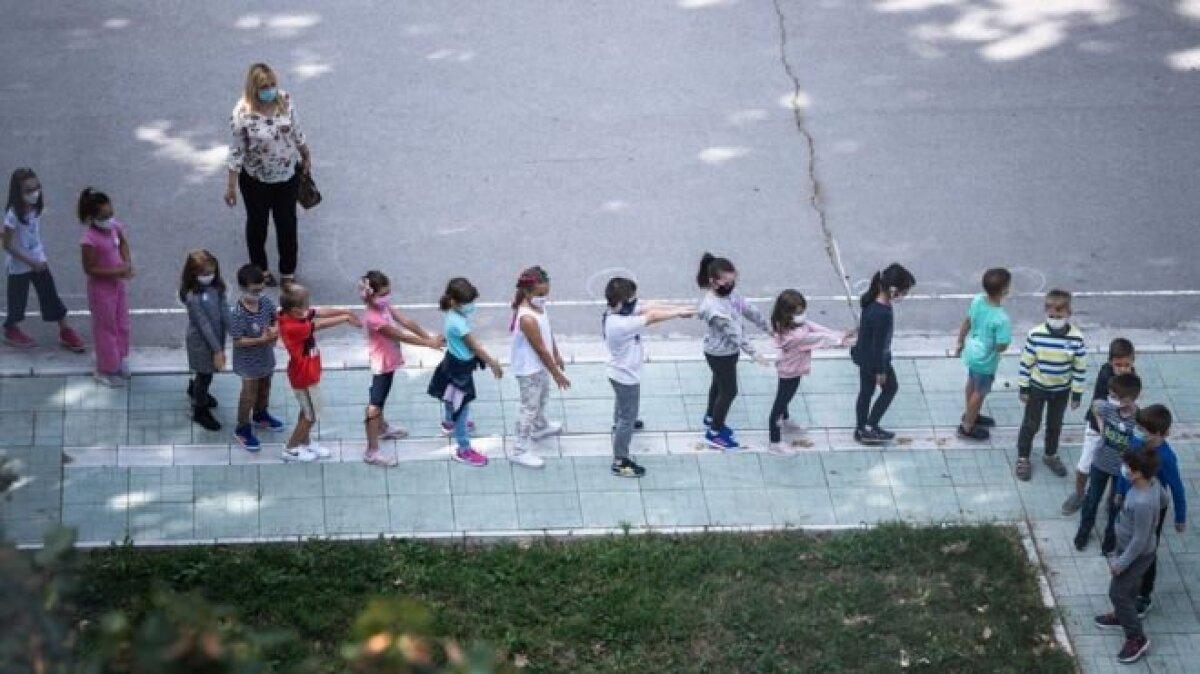 В одной из школ Белграда ученики держатся на расстоянии вытянутой руки
